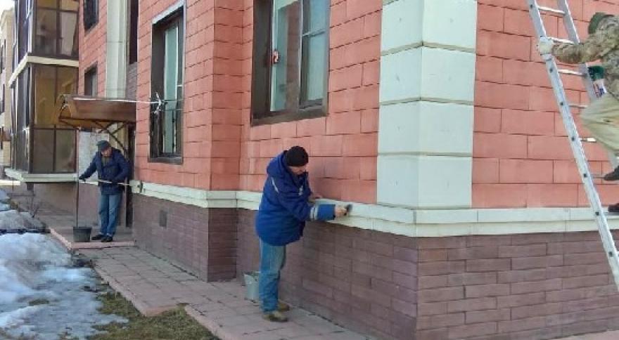 Подготовка домов к весенне-летнему сезону началась в поселении Десеновское. Фото предоставили сотрудники администрации